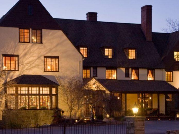 The Settlers Inn Exterior at Twilight